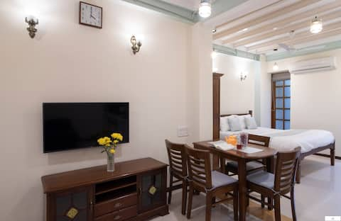 Homely & Spacious Studio in Colaba!
