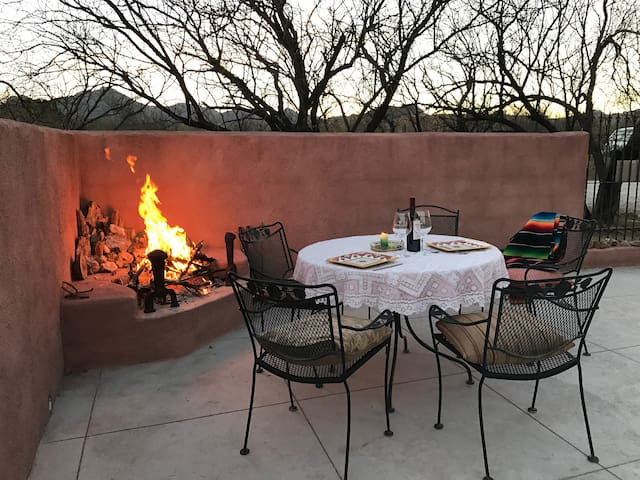 Adobe with fireside glows - Tubac - Дом