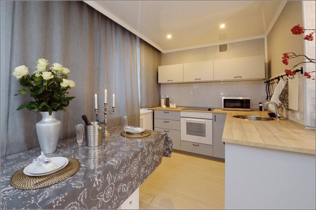 студия-кухня: плита, духовка, обеденный стол, все от ложки до кастрюли