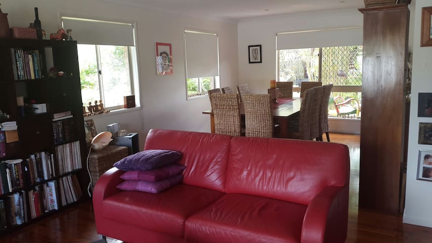 Comfortable double bedroom - Ferny Grove - Hus