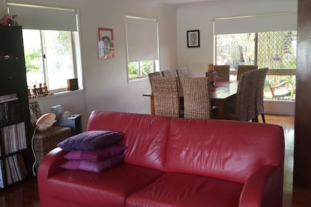 Comfortable double bedroom - Ferny Grove - Дом