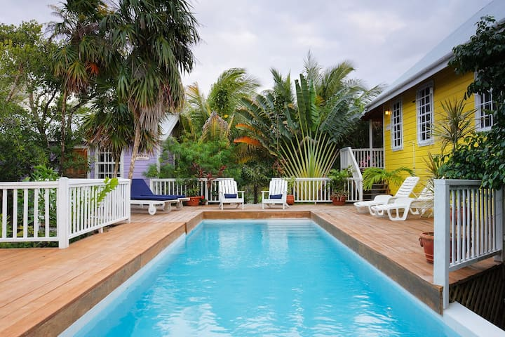 Weezie's Yellow Cottage with pool - Caye Caulker - Haus