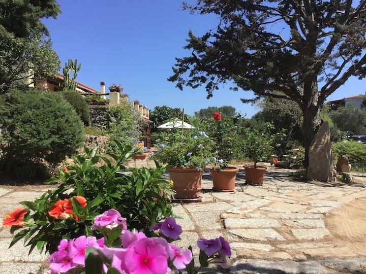 Casa con giardino, (Oasi di Alba e Luciano).