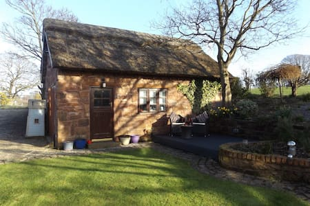 The Hayloft - Thatched cottage, Wirral - Thurstaston - Casa