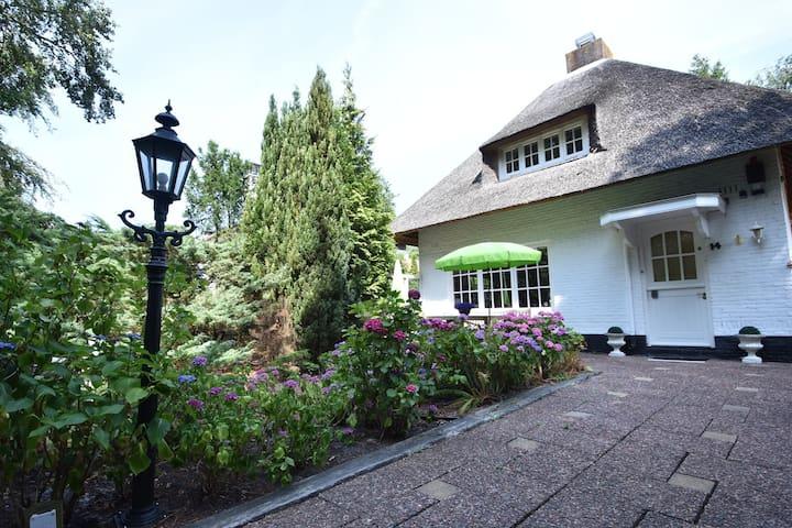 Maison de vacances idyllique avec toit de chaume située au centre du village