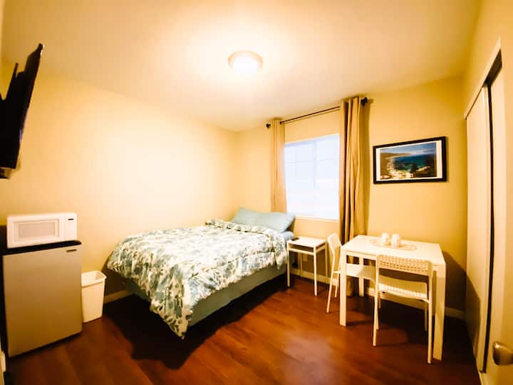 Private Room | Double Bed | 5 miles from The Strip