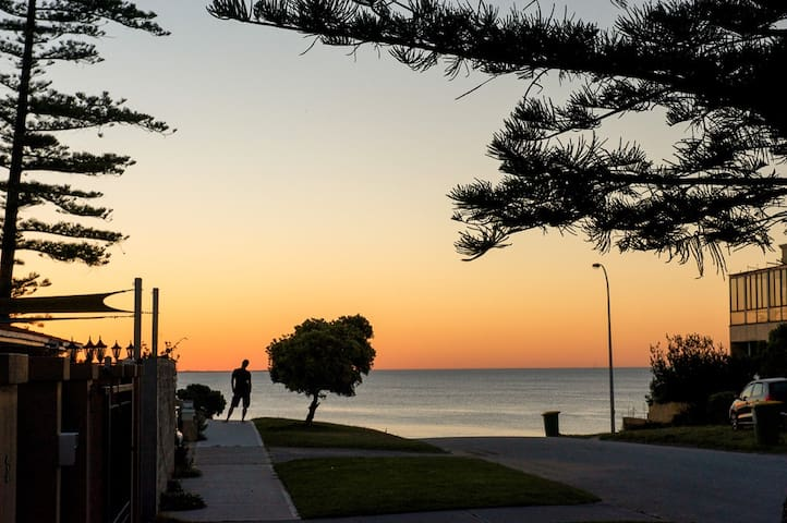 Beach Home Two Min from Waters Edge - Cottesloe - House