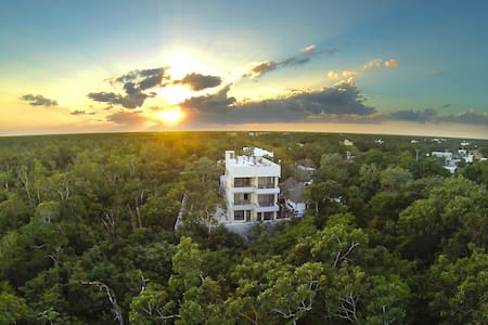 NEW modern design studio located in a great neighborhood in tulum. Brought to you by Los Amigos Tulum. Studio is spacious and sleep up to  3 people. Fast Wifi, rooftop pool, bikes, and all amenities of the building are offered