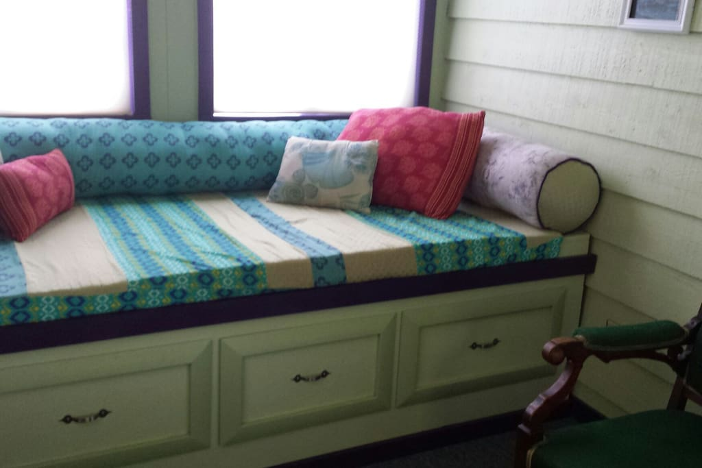 Entrance room with twin daybed
