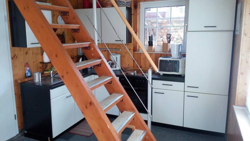Die Küche und die Treppe nach oben.