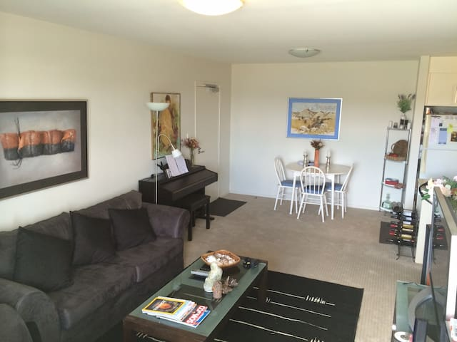 Modern 2BD apt. in Franklin, ACT. Close to shops