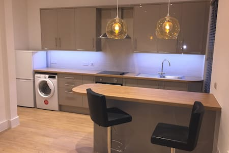 Newly Refurbished Apartment near Heathrow - Slough