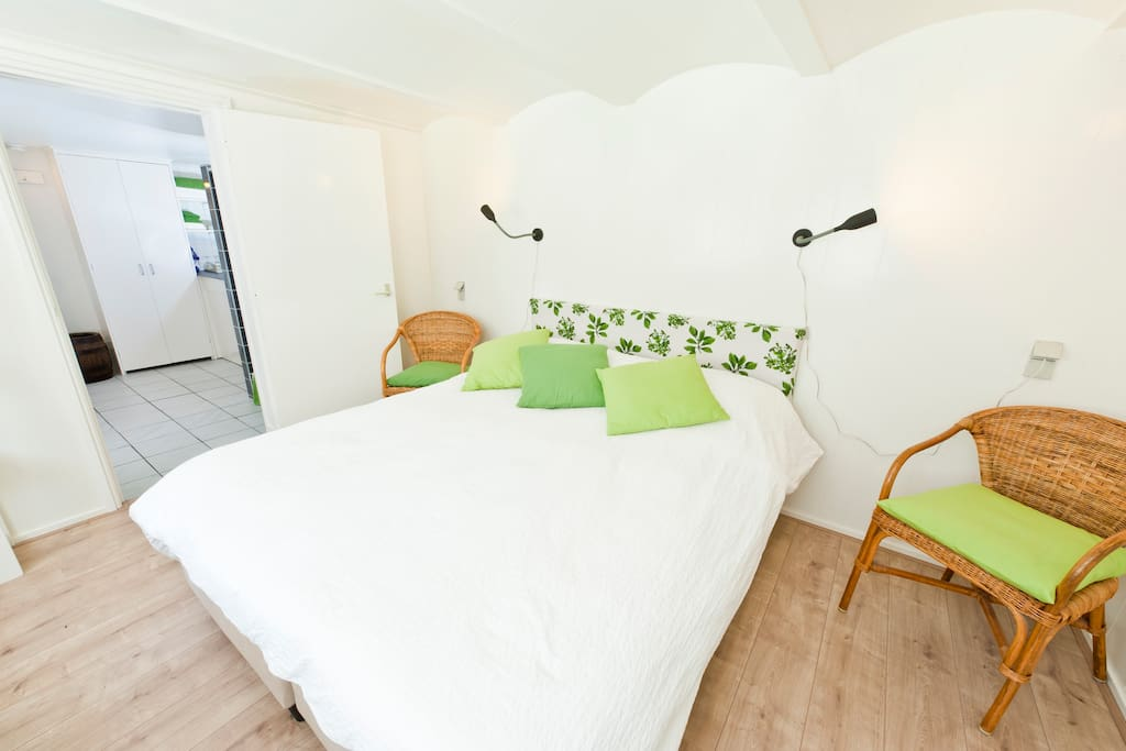 Kingsize bed which can be separated into two 1 person beds.