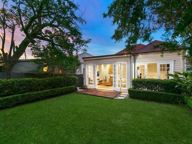 Modern home close to everything - Rosebery - Huis