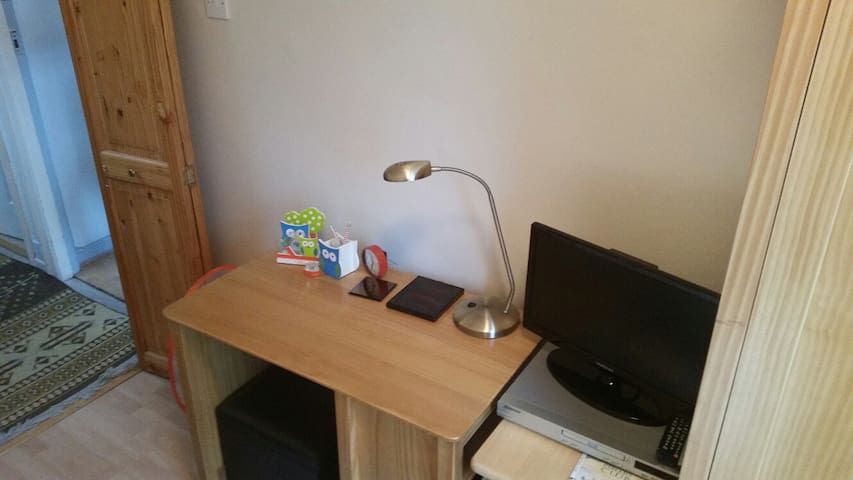 Single room; compact/newly refurbished single - Colindale - Hus
