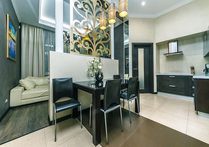 ★VIP 2 BEDROOM .LYUTERANS'KA St APT★BIG JACUZZI!★