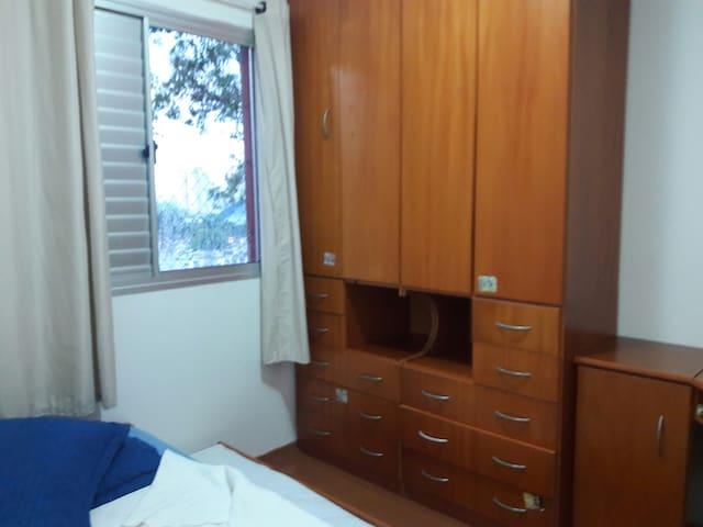 Quarto de solteiro. Armário  com portas duplas e 6 gavetas grandes e 4 pequenas.