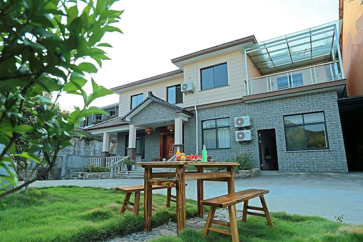莫干山笑竹颜开民宿位于莫干山风景区北面竹海环绕空气清新