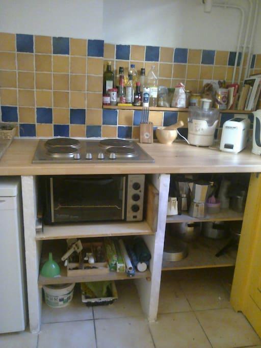 espace cuisine aménagé, propre et simple