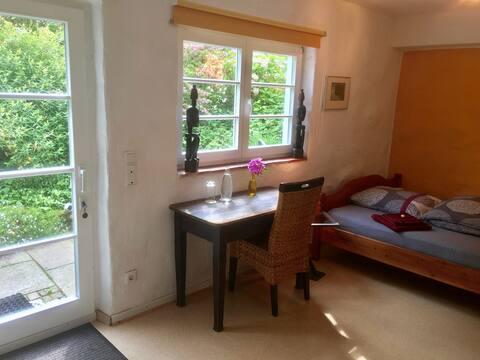 Zimmer mit eigenem Bad + Eingang in Künstlerhaus