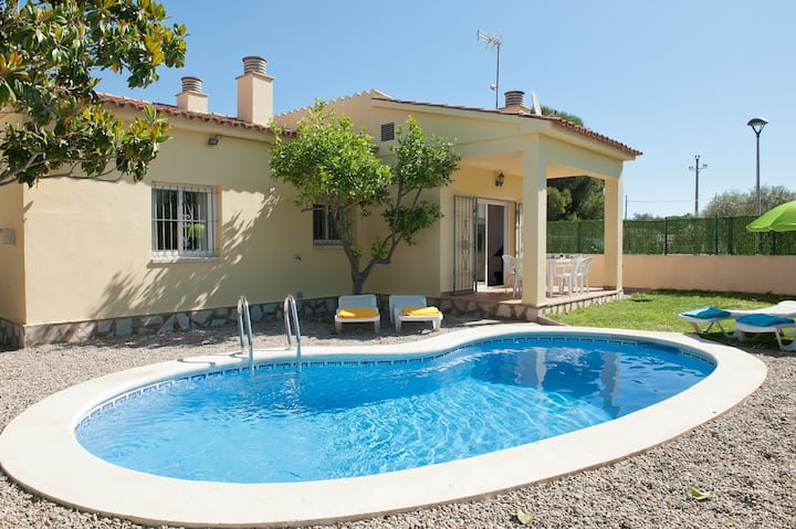 Lovely house with pool and wifi.
