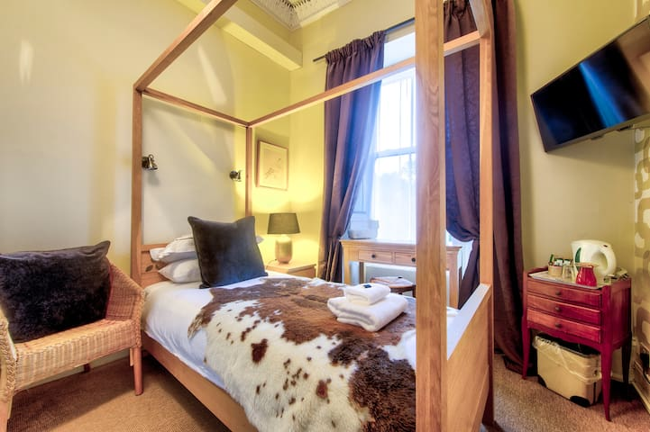 Four Poster Single Bedroom with Private Shower