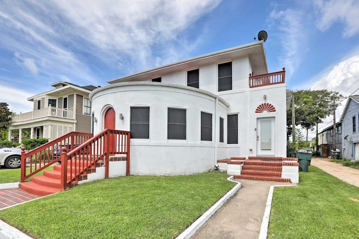 Historic Villa, Walk to Galveston Pleasure Pier!