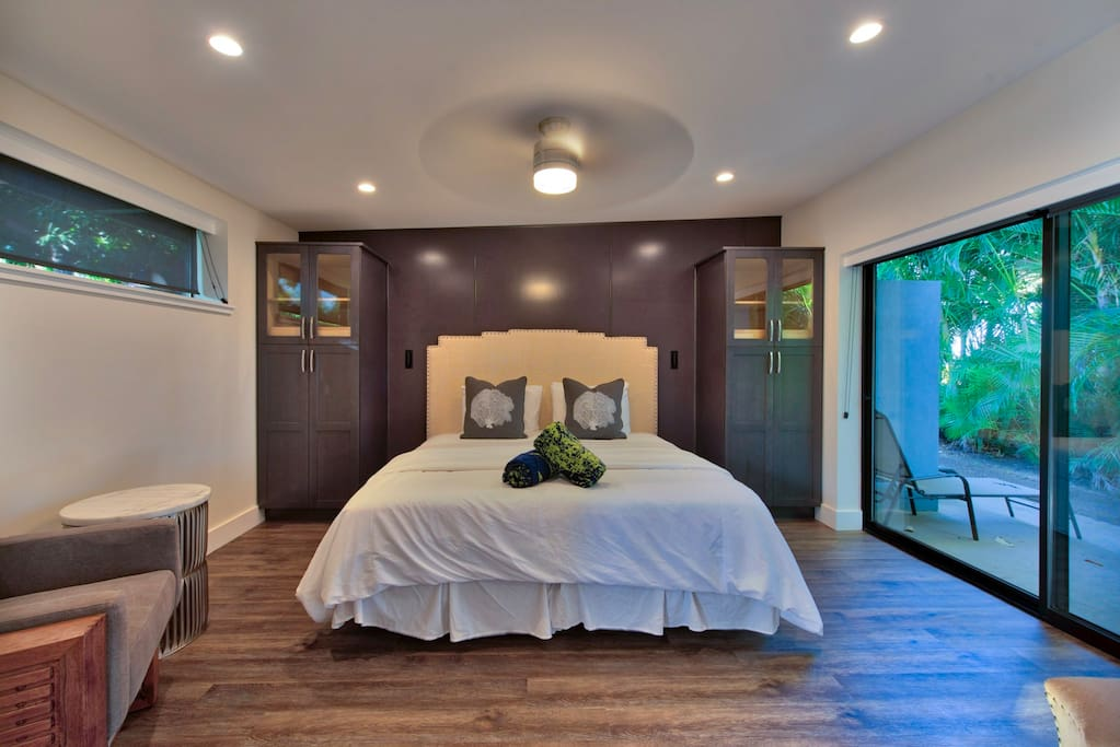 Bedroom with 1 king bed or 2 twin beds with private lanai