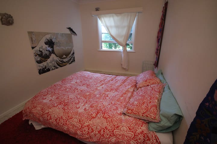 Private room with double bed. - Kingsbury - Haus