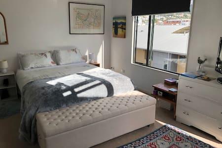 Superduper, spacious, sunny Cuba apartment room.