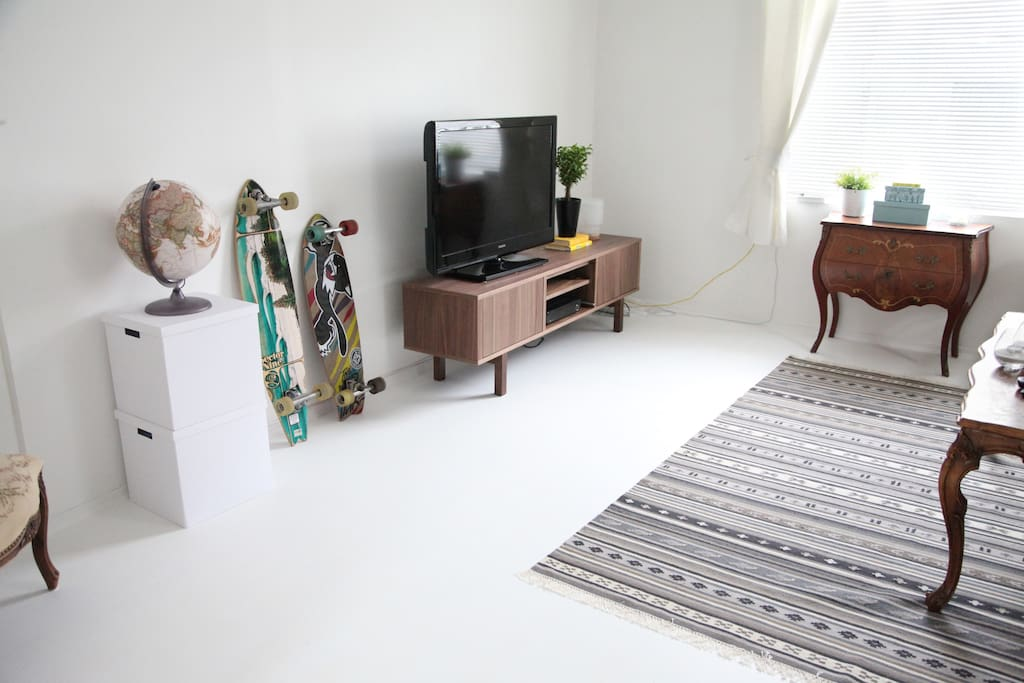 Spacious and white living room - Perfect for that Netflix binge  night after several days traveling :)