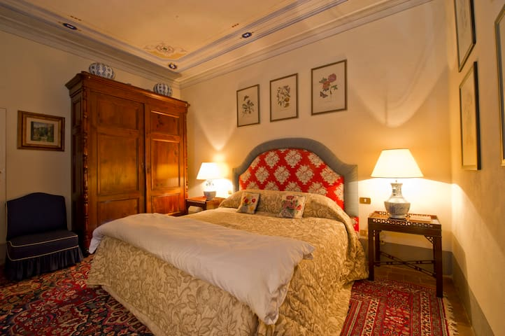 Large Double Room in C18th Villa - Vorno - Bed & Breakfast