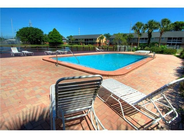 Condo 5 miles from the Gulf! - Largo - Apartment
