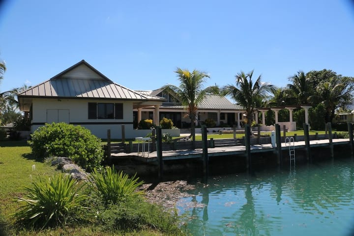 Luxury 5 Bedroom Waterfront Villa