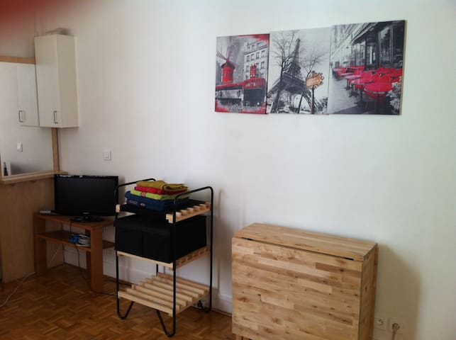 le studio, coin télé + internet + telephone tout gratuit !