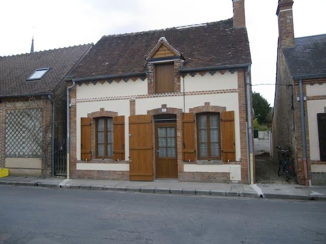 Petite maison très ensoleillée en Sologne - Clémont - Rekkehus