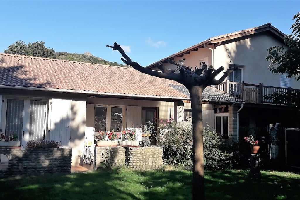 Maison confortable avec terrasse et jardin privatif, à 200m du centre village