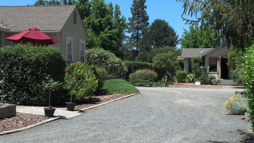 Iva's Cottage & Garden House