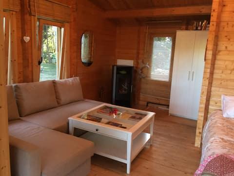 Houten hutten in Forêt de Gaia omringd door Pyreneeën