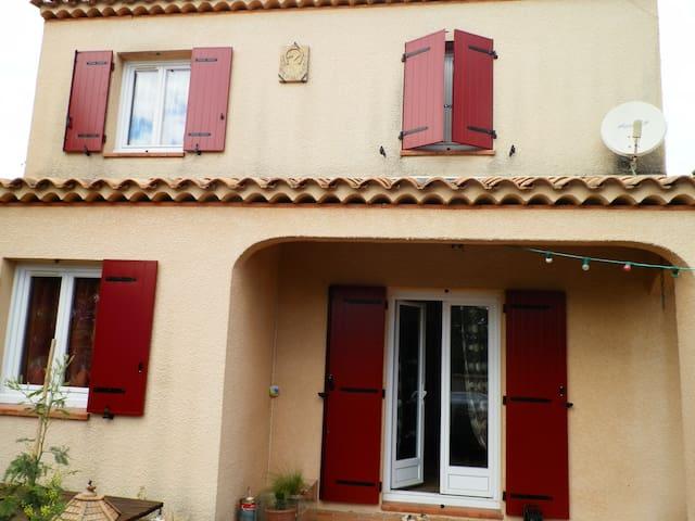 CHAMBRE JAUNE - La Tour-d'Aigues - Villa