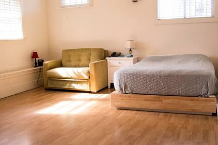 Nice - New & Clean Berkeley Studio