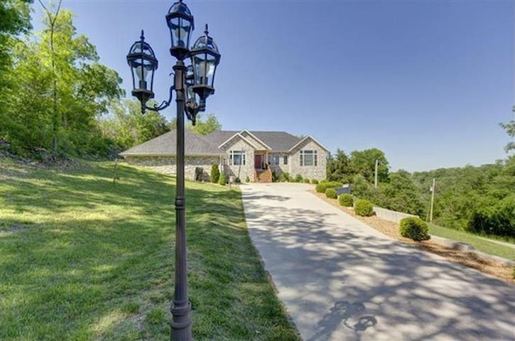 6 bed 5 bath 4100sf PRIVATE HOME!!  Now w/Hot Tub! - Branson - Casa