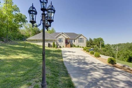 6 bed 5 bath 4100sf PRIVATE HOME!!  Now w/Hot Tub! - Branson