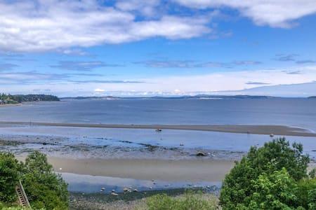 Beautiful Cordova Bay water front - Victoria