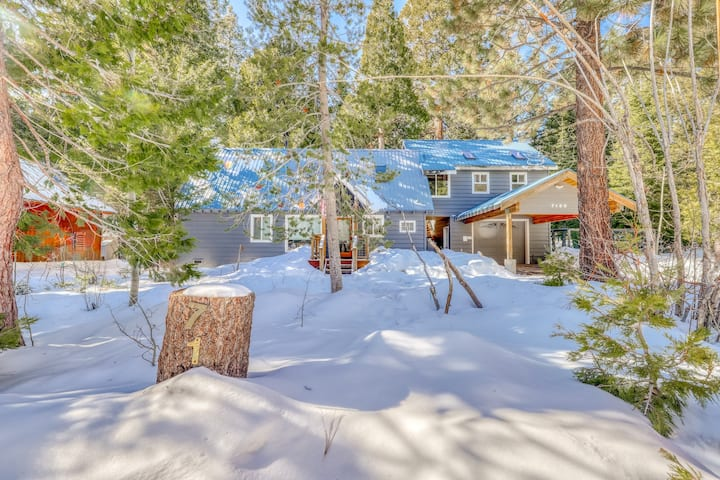 Beautiful dog-friendly home in the woods of Tahoma w/ private hot tub