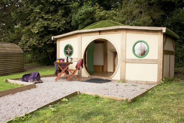 Romantic Hobbit House on The Cotswold Way