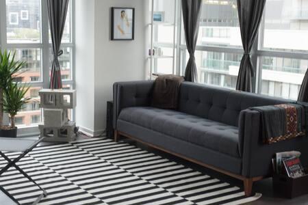 Style & Comfort on Queen West - Toronto - Apartment
