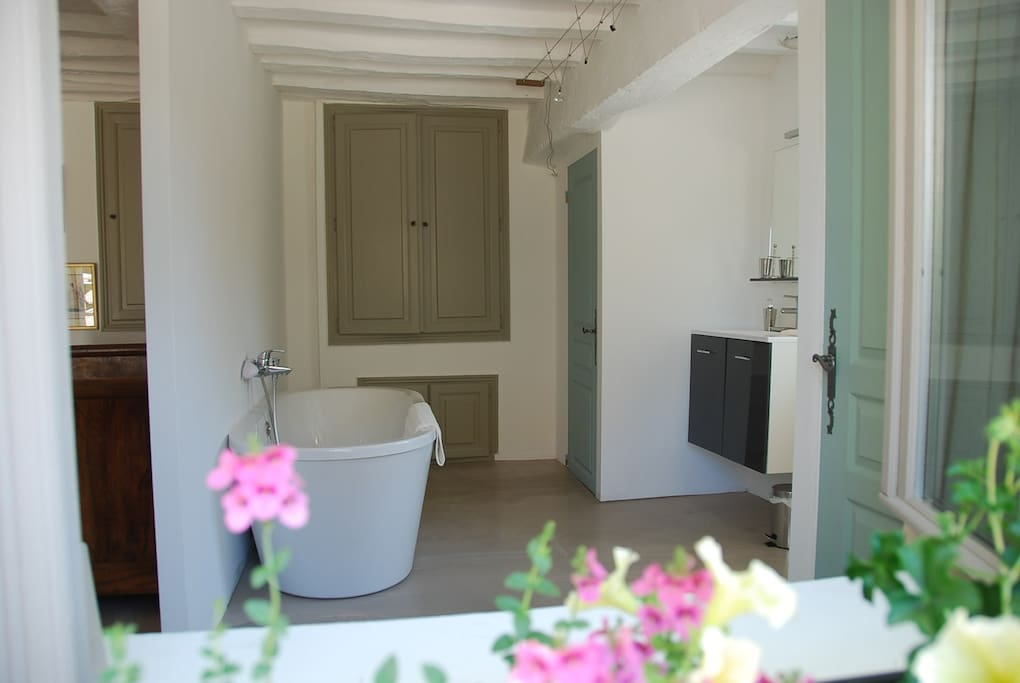 Salle de bains avec baignoire et wc séparé