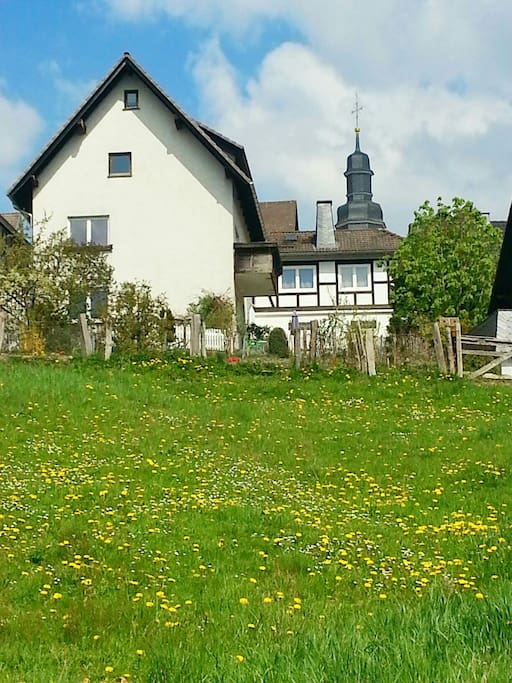 het huis  met de kerk op de achtergrond
