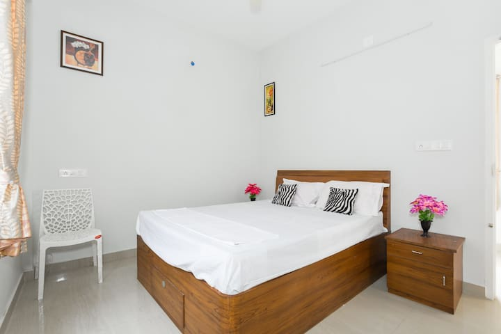 Air conditioned room @ Cochin with shared kitchen